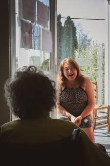 """Aurore immortalise la vie en maison de repos: """"On vit un moment très particulier et je pense qu'il est important d'en garder une trace"""""""