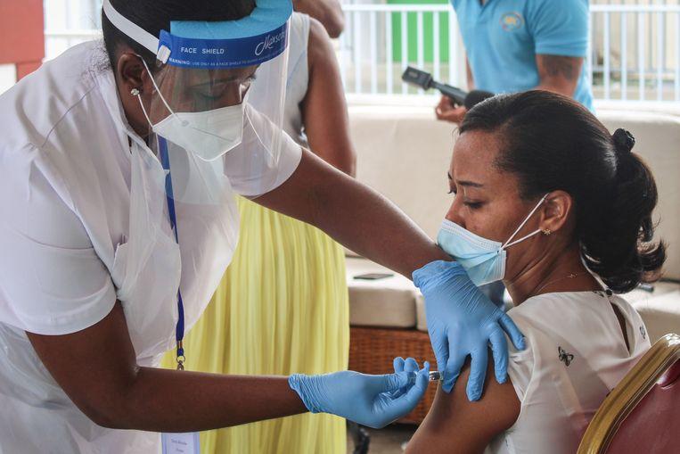 Inenting met het Chinese coronavaccin op de Seychellen. De eilandengroep heeft zijn bevolking relatief snel gevaccineerd. Beeld AFP