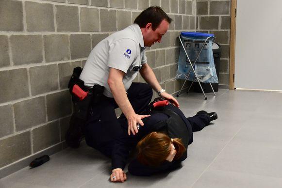 Een politieman leert hoe hij een verdachte kan immobiliseren.
