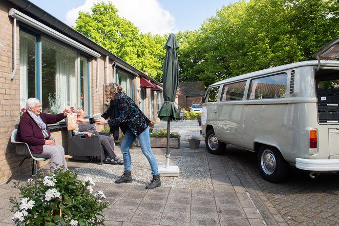 Joke Schotel (rechts) van de soepbus geeft de soep aan Adri Ansems (links) en Corrie Heijnen (midden).