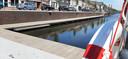 Op diverse plekken in de haven van Zevenbergen hangen reddingsboeien voor calamiteiten. Het is niet de bedoeling dat er recreatief gezwommen wordt, de haven is er niet op ingericht, zegt de gemeente. Die noemt zwemmen in de haven risicovol.