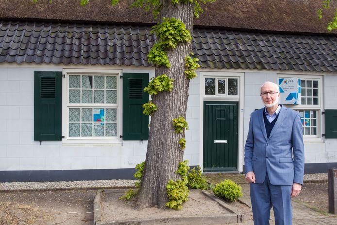 Wim Beelen bij de voormalige boerderij aan 't Hofke 13 in Eindhoven.