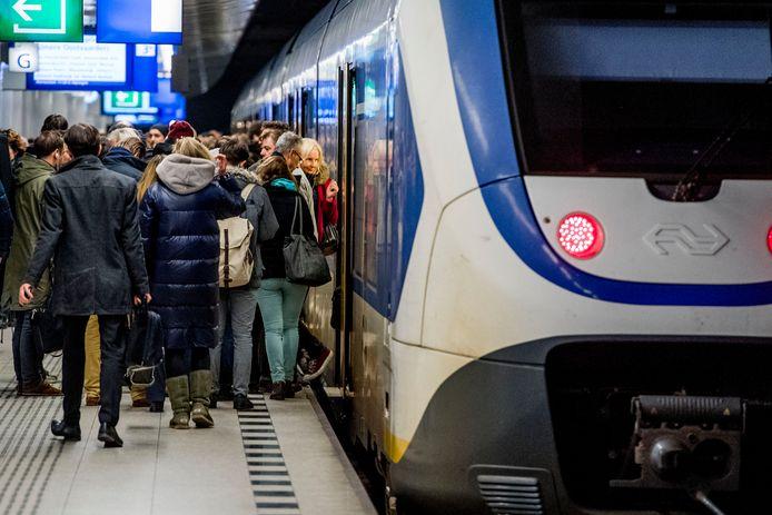 Overvolle treinen van de NS  door verstoringen en werkzaamheden op Leiden Centraal zorgen dat reizigers massaal moeten staan op het traject tussen Amsterdam en Den Haag/Rotterdam