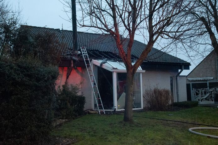 Het dak werd vernield maar de brandweer kon uitbreiding vermijden.