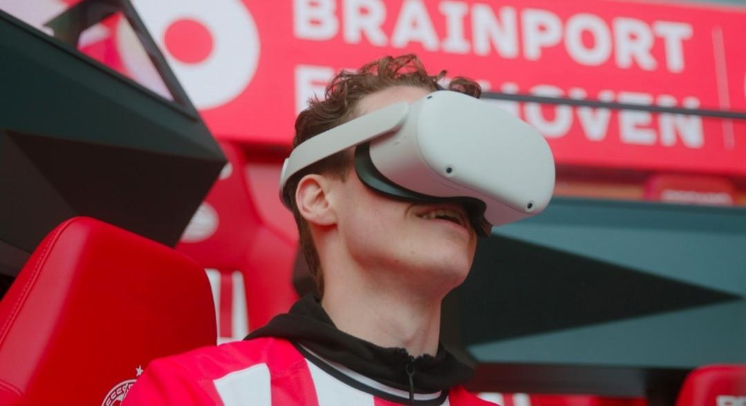 De bril waarmee een supporter van PSV tijdens een wedstrijd als het ware tussen de spelers kan staan.