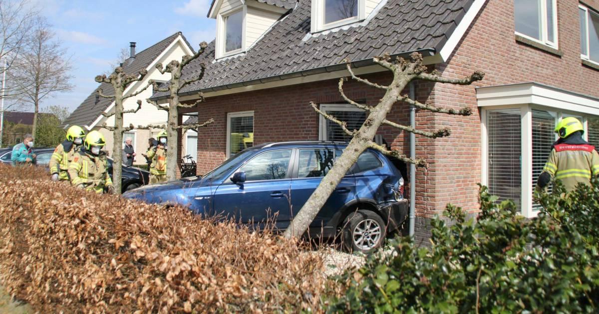 Bizar ongeluk; auto rijdt dwars door woning in Nijkerk: 'Ravage is groot'.