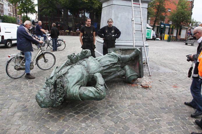 In 2011 viel het standbeeld van Coen bij werkzaamheden van zijn sokkel