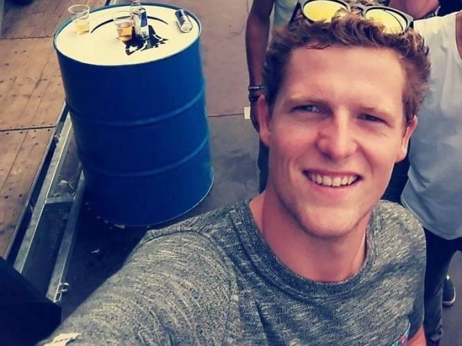 """Vrienden en familie in diepe rouw na plots overlijden Jens De Smet (27): """"Dat het gebeurde op de plek waar hij het liefste was, het voetbalveld, is onze enige troost"""""""