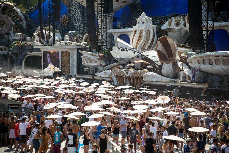 Hitte of niet, op Tomorrowland wordt er stevig gedanst. Met parasol weliswaar. Beeld BELGA