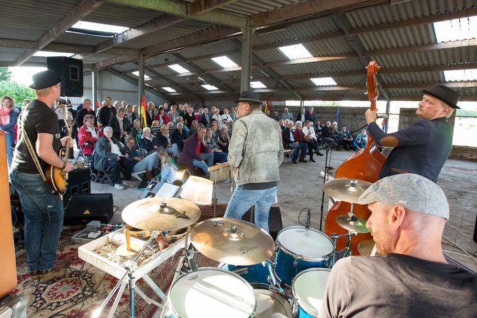 Dennis van Dam en Eric Hallink van de Sofa Rockers, hier in actie tijdens het concert aan de Regge, laten donderdag van zich horen.