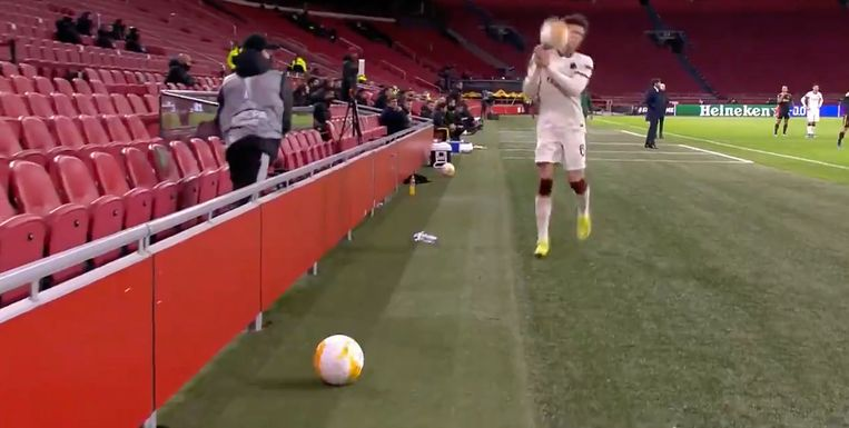 Een screenshot van de ballenjongen van Ajax die een bal in het gezicht van Riccardo Calafiori gooit. Beeld -