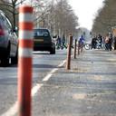 De 'provisorische' wegversmallingspaaltjes op de Schneiderlaan. Niet fraai, maar volgens de gemeente wel effectief.
