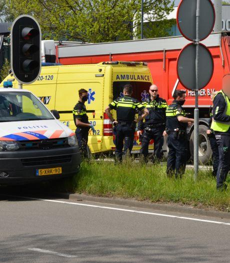 Vrachtwagen botst achterop auto in Breda, chauffeur naar het ziekenhuis
