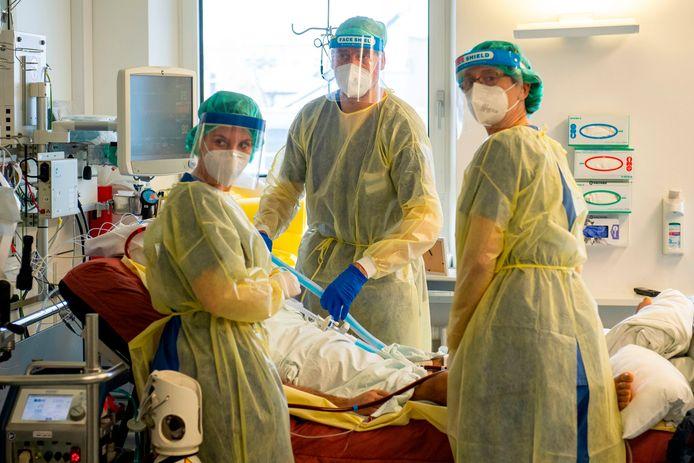 Een patiënt op de Covid-19-afdeling van een ziekenhuis in München.