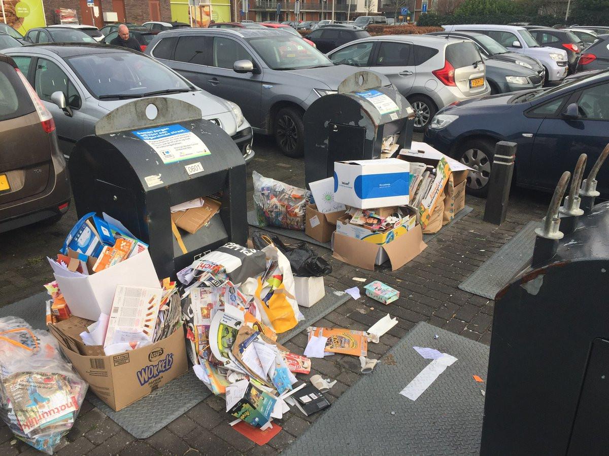 Rommel bij ondergrondse afvalcontainers in Roelofarendsveen. De gemeente Kaag en Braassem treedt op tegen afval dumpen. Iets te fanatiek, vindt Roelofarendsvener Bart Lorijnen, die een rechtszaak bij de Raad van State verloor.