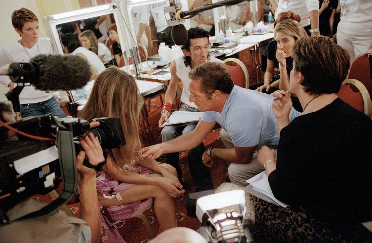 Elitebaas Gérald Marie (blauw shirt) in 2001 tijdens finale van The Look of the Year, een zoektocht naar modeltalent die hij zelf ooit beschreef als 'a podium of pussy'. Beeld Stéphane Ruet