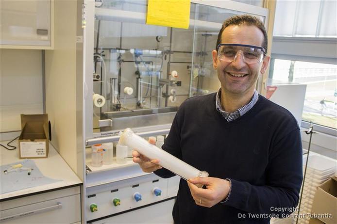 Dimitrios Stamatialis met een filter uit een dialyseapparaat.