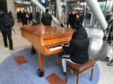 Zwarte piano op Utrecht Centraal vervangen door bruin exemplaar...en hij klinkt nog beter ook!