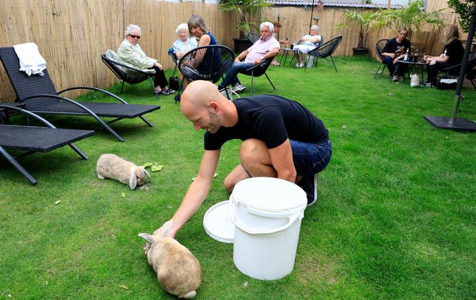 Bij eigenaar Jonas Wielandt zijn de konijnen heel vertrouwd