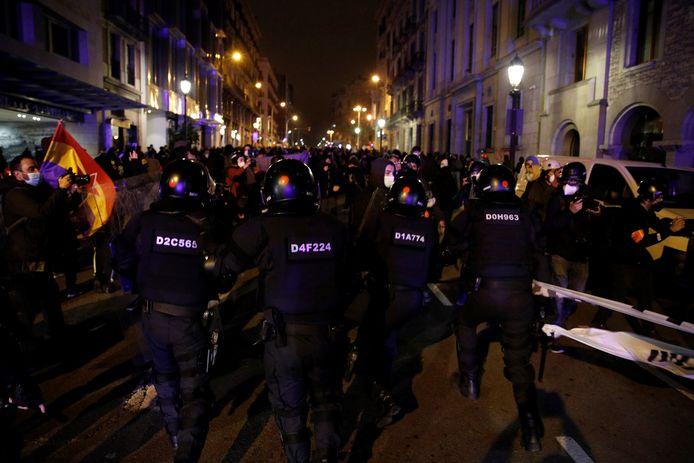 Demonstranten clashen met de oproerpolitie in Barcelona.