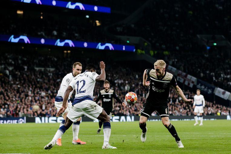 Victor Wanyama van Tottenham Hotspur versus Donny van de Beek van  Ajax, dinsdagavond in Londen. Beeld BSR Agency