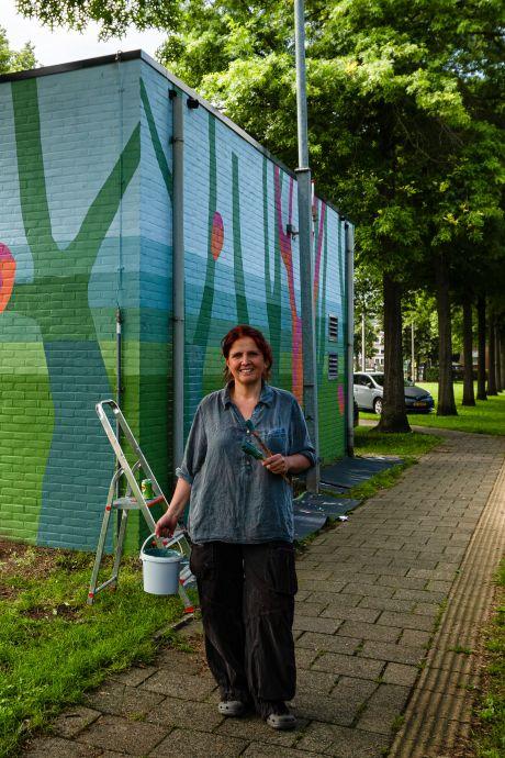 Muurschildering fleurt relaishuisje bij station Leerdam op