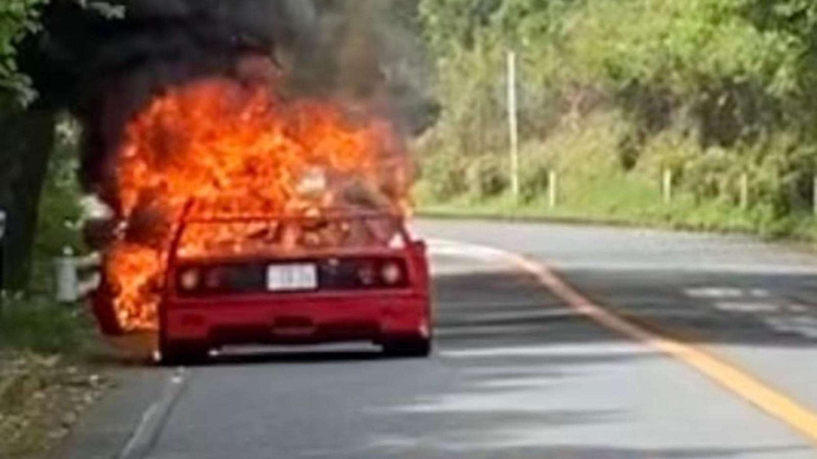 De Ferrari F40 brandde tot de grond toe af in Japan.