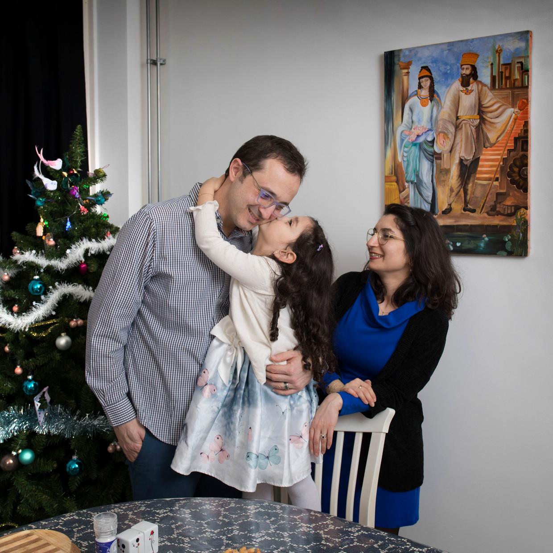 De familie Akin viert de feestdagen voor het eerst in hun nieuwe huis in Utrecht.