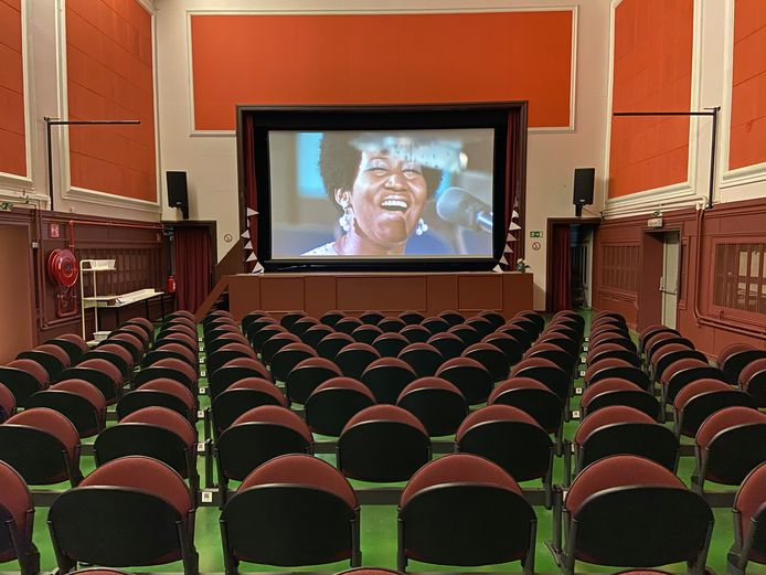De oude militaire cinema doet opnieuw dienst als filmzaal. Binnenkort wordt de film 'Amazing Grace' (2019) over de overleden soulzangeres Aretha Franklin vertoond.