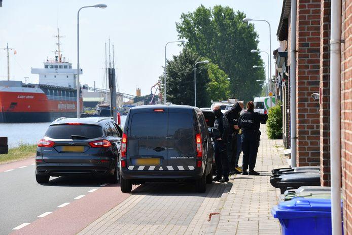 Politie-actie aan de Kanaalweg in Sluiskil.