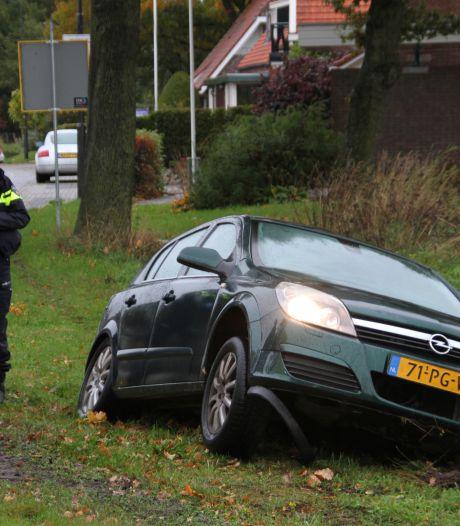 Eenzijdig ongeval op Stationsweg in Markelo, bestuurster met onbekend letsel naar ziekenhuis