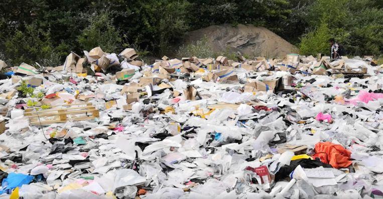 Op de grond lagen duizenden AliExpress-pakketjes. Beeld Jan van der Kraan