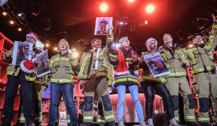 De collega's en familie van Jens De Winter zorgden voor twee AED-toestellen in twee plaatselijke scholen.