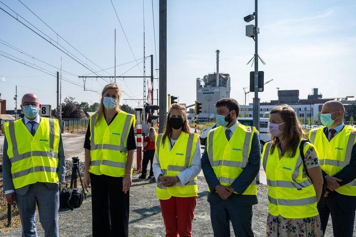 Bij het pilootproject zijn heel wat partners betrokken. Burgemeester Buyse en minister Verlinden woonden de opstart bij, samen met vertegenwoordigers van parket, justitie en Infrabel.