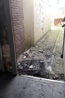 Opluchting: brand kerk in Zwartsluis blijft beperkt tot zwart geblakerde deur en brandlucht in gebouw
