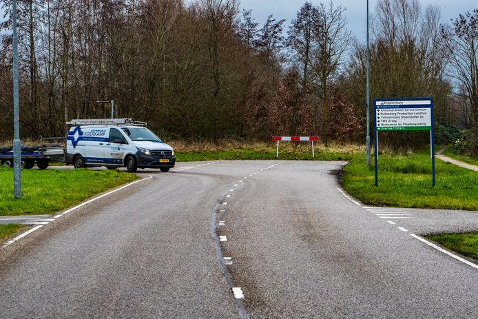 Hier houdt de randweg van Twello nu op. De auto links komt van bedrijventerrein Engelenburg.