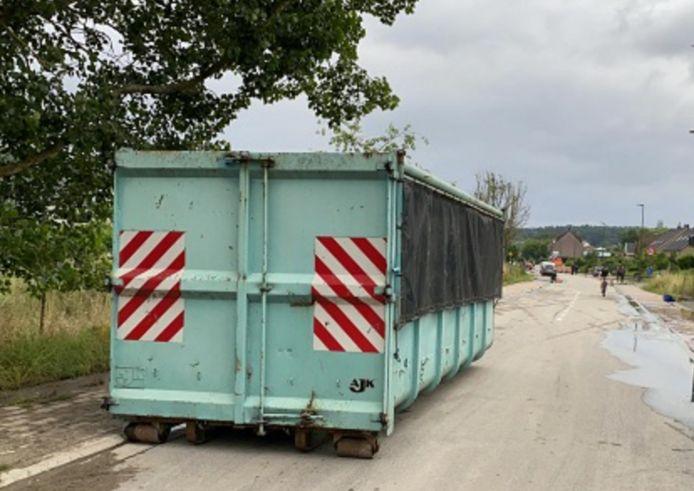 In de container kan iedereen z'n afval kwijt na de zondvloed.