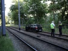 Belgische auto rijdt over tramrails in Schiedam