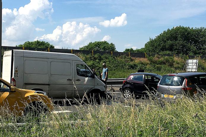 Door het ongeluk is een van de betrokken auto's overdwars op de weg komen te staan, waardoor tijdelijk niet alle rijstroken gebruikt kunnen worden.