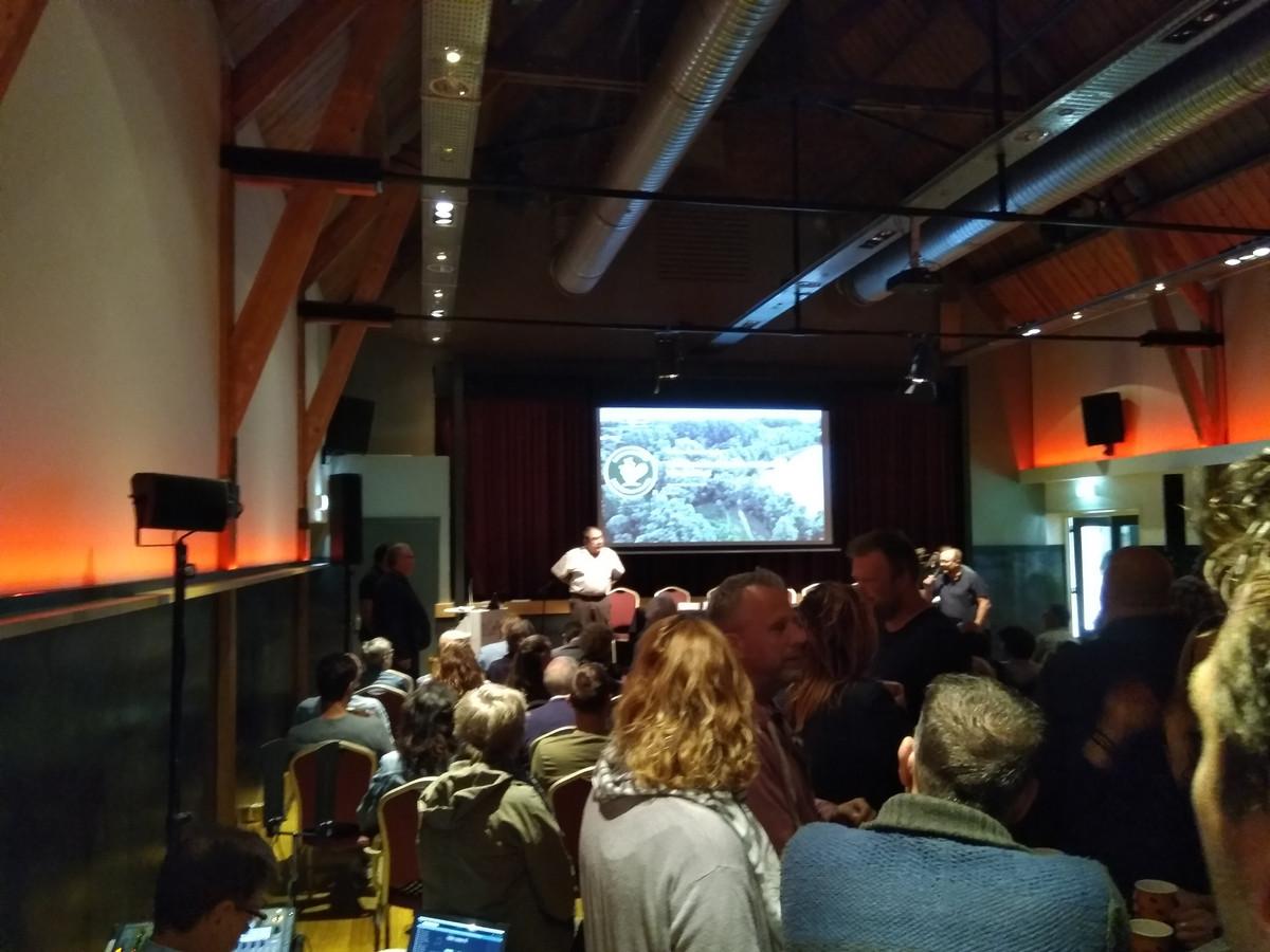 Een volle zaal in Dreumel, waar bezorgde bewoners door het burgercollectief Dreumelse Waard werden bijgepraat over de verondieping van de Vonkerplas.