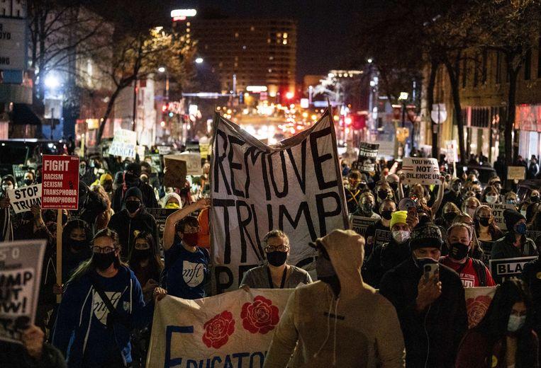 Een demonstratie in Minneapolis tegen de pogingen van Trump om het stemmen tellen te stoppen.  Beeld AFP