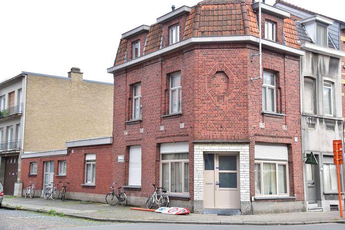 De woning op de hoek van de Veldstraat met de Guldensporenlaan in Kortrijk, waar het stoffelijk overschot van de Poolse onderdaan werd aangetroffen, is verzegeld.