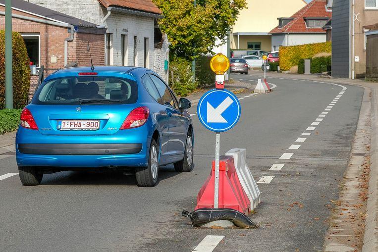 De wegversmallingen in de Poelweg blijven behouden.