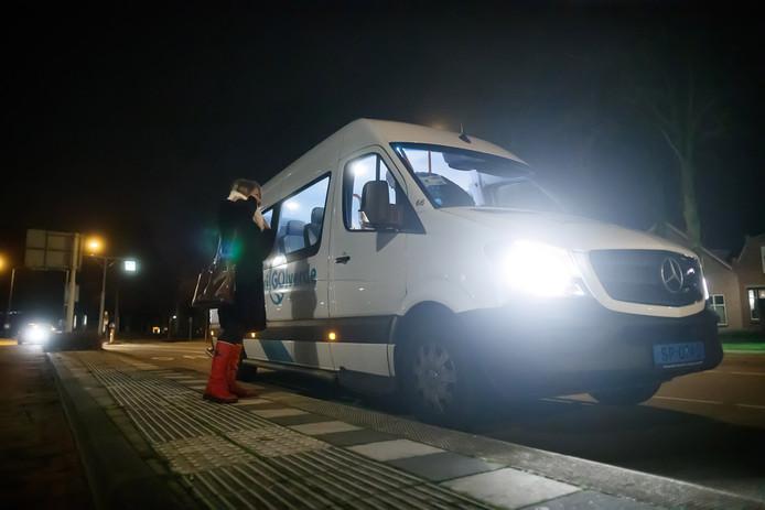 Warempel, de taxi komt op tijd aan op de bushalte Prins Hendrikstraat in Zevenbergen.