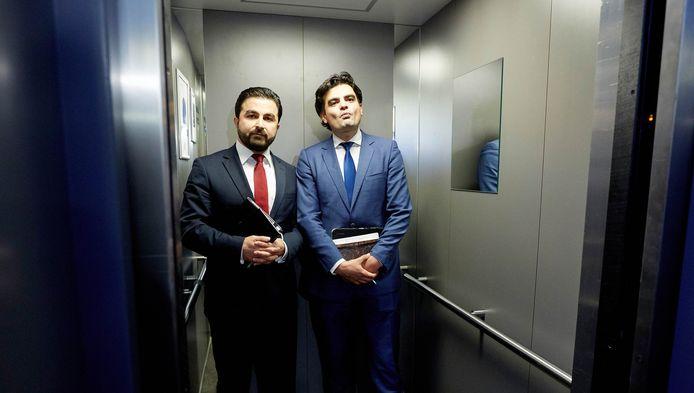 Tunahan Kuzu (R) en Selcuk Ozturk stappen in de lift na een extra en urenlang PvdA-fractieberaad waar werd besloten dat zij de Tweede Kamerfractie van die partij moeten verlaten.