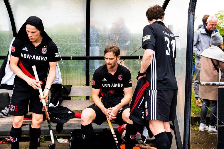 Teleurstelling na afloop bij de spelers van Amsterdam. Beeld Jiri Büller / de Volkskrant