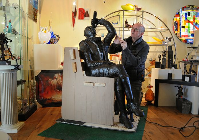 Kunstenaar Joop van Nugteren maakt een beeld van Hans Lipperhey, de uitvinder van de verrekijker