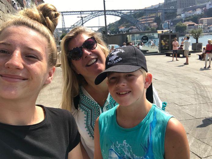 Daniëlle en haar kinderen in Porto.