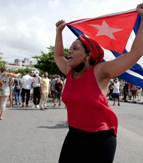 President Cuba roept aanhangers op spontane betogingen neer te slaan
