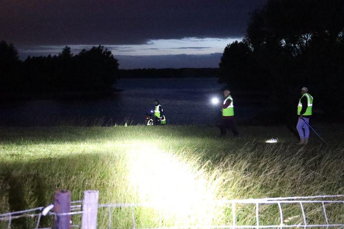 De politie en vrijwilligers zoeken bij de Rhedense veerweg in Giesbeek naar een vermiste man uit Arnhem.